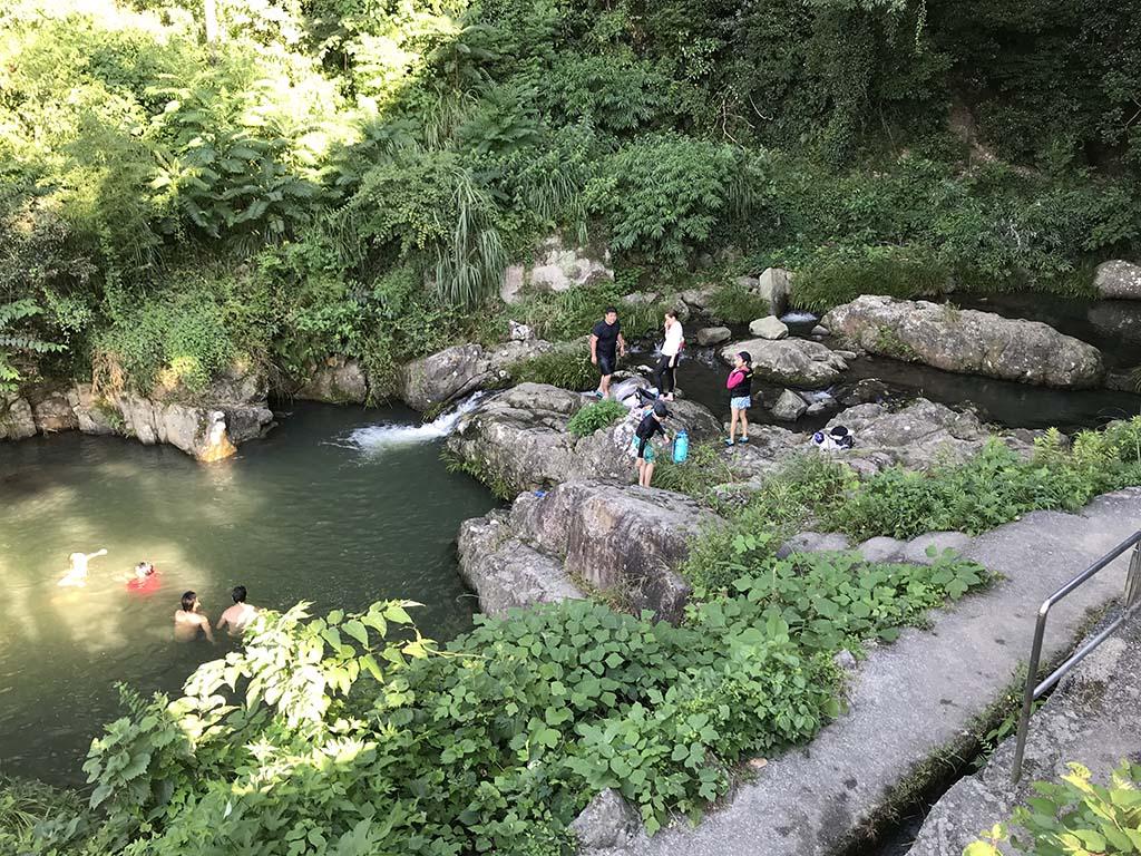 鮎屋の滝で川遊びする人々2