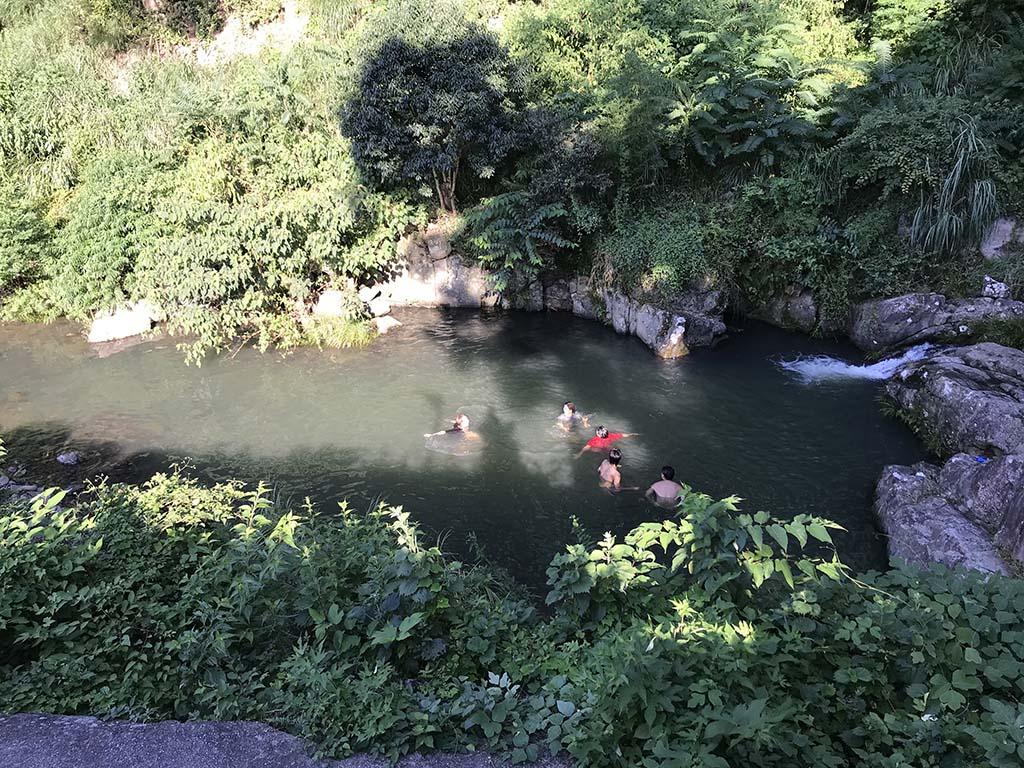 鮎屋の滝で川遊びする人々1