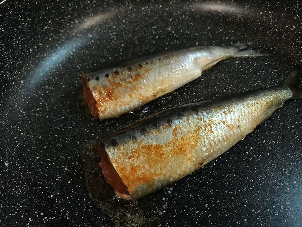 平塚明太子専門店 門司港店の いわし明太子 フライパンで焼く2